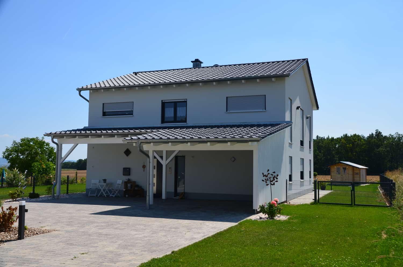 Zweigeschossiges Wohnhaus auf Bodenplatte, 20 Grad Satteldach, Carport und Eingangsüberdachung in Gernach