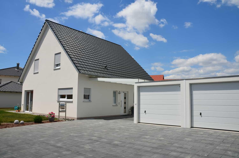 Haus auf Bodenplatte inkl. Zwerchhausgiebel. 50 cm Kniestock und 45 Grad Satteldach. Carport und 2 Fertiggaragen in Donnersdorf