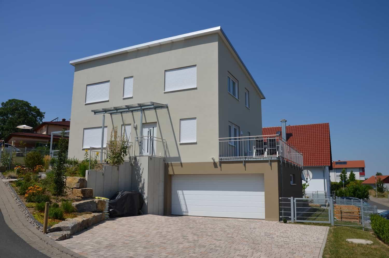 Zweigeschossiges Wohnhaus mit Pultdach und Unterkellerung mit integrierter Garage in Kitzingen.