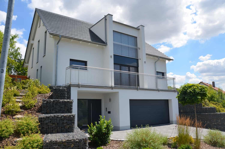 Haus mit Kellergeschoss und integrierter Garage. Balkon und zwei Zwerchhausgiebel in Mainberg