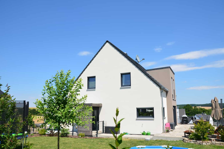Haus mit Keller, Satteldach und überbauter Garage. Zwerchhausgiebel in Poppenhausen