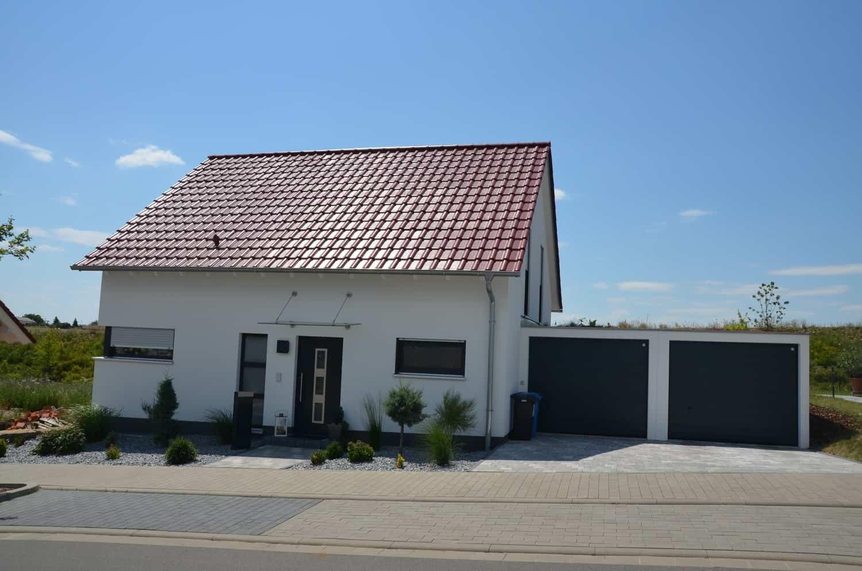 Wohnhaus mit Keller, 75 cm Kniestock, 38 Grad Satteldach und 2 Fertiggaragen in Schweinfurt