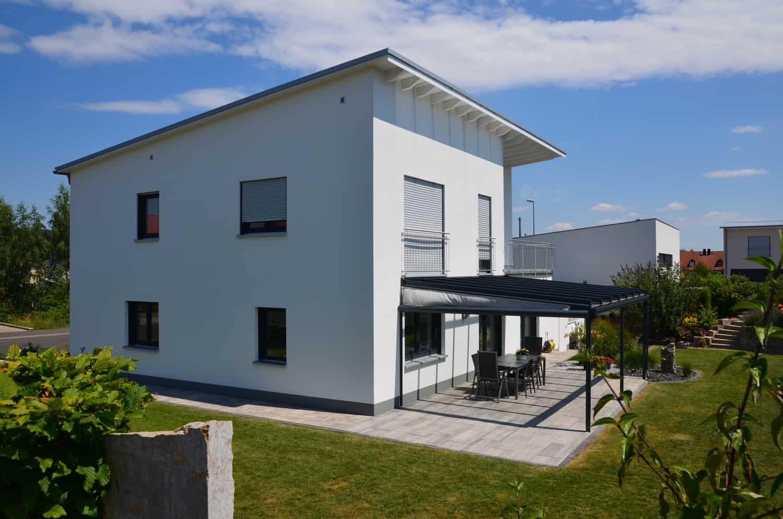 Zweigeschossiges Haus mit Pultdach und Fertiggarage 6 auf 9 Meter in Schweinfurt