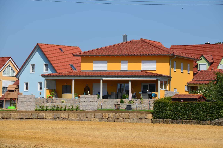 Zweigeschossige Stadtvilla mit Keller und gemauerter Garage, 20 Grad Walmdach und Überdachung in Gnodstadt